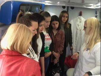 Mobilni InfoHep Centar predstavljen učenicama/ima Zdravstvene škole u Splitu